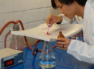 Wasser-Dichtheitsprüfung an Schlauchliner mit 0,5 bar Unterdruck und roter Prüfflüssigkeit
