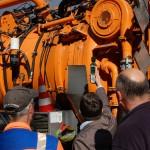 Schalldruckmessung an orangefarbenem Kanalreinigungsfahrzeug