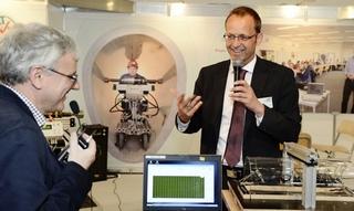 Dr. Olivier Thépot (Eau de Paris, links) und Prof. Dr.-Ing. Bert Bosseler (IKT, rechts) diskutieren das zerstörungsfreie Inspektionssystem MAC.
