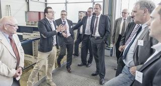 Dipl.-Ing. Serdar Ulutas erläutert Mitgliedern der IKT-Fördervereine die aktuellen Projekte in der IKT-Versuchshalle
