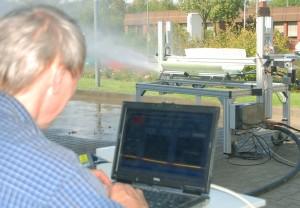 Mann steuert an Laptop Hochdruckspülversuch an Schlauchlinerausschnitt