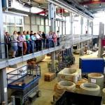 Besuchergruppe auf Galerie in großer Versuchshalle