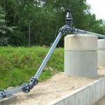Versuchsstrecke einer Druckrohrleitung vor grüner Wiese und Bäumen