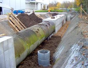 Versuchsstrecke aus Kanalrohren in offenem Graben