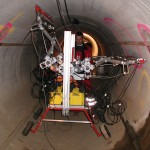 Prüfgerät in silber, gelb und rot für geophysikalische Messungen in großem Kanalrohr