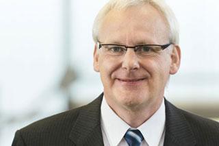 Portrait von Mann mit Brille und weißen Haaren