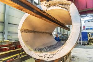 Kanalrohr aus Beton in Versuchsanlage mit Rissen und Brüchen nach Scheiteldruckversuch