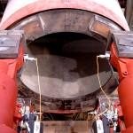 rote Metallkonstruktion der Vorpressstation des Rohrvortriebssimulators im IKT