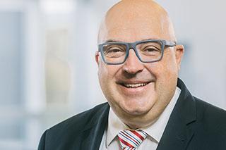 Portrait von Mann mit Brille und Glatze