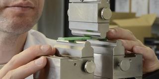 Drei-Punkt-Biegeversuch an einer Kunststoff-Probe