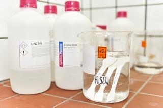 Bestimmung des Verhaltens gegen flüssige Chemikalien