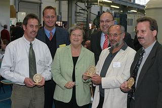 von links: Wolfgang Schmid, Dr. Bert Bosseler (IKT), NRW-Umweltministerin Bärbel Höhn, Roland W. Waniek (IKT), Manfred Fiedler, Rüdiger Bremke