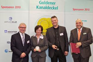 Freuen sich über den ersten Platz: Andrea Hollenberg und Lothar Dören, im Bild mit Hans-Josef Düwel (links) und Roland W. Waniek (rechts)