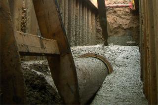 Einbau von Flüssigboden in den Leitungsgraben
