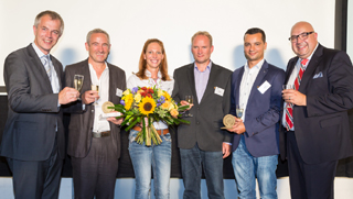 Ausgezeichnetes Engagement: Stefan Grotzki, Daniela Fiege, Thomas Würfel und Daniel Kalweit (von links), eingerahmt von NRW-Umweltminister Johannes Remmel (links) und IKT-Geschäftsführer Roland  W. Waniek (rechts)