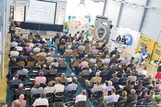 Publikum in der IKT-Versuchshalle