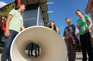 Teilnehmerinnen informieren sich über Wickelrohre