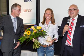 Johannes Remmel überreicht Daniela Fiege den Goldenen Kanaldeckel 2014
