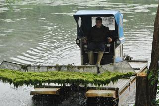 Video: Mit Amphibienfahrzeug gegen Algen im Rückhaltebecken