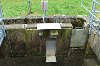 Wasserstandsmessgerät an Entlastungsbauwerk