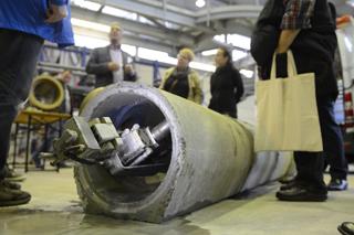 Sanierungsroboter in einem Rohr auf dem Hallenboden