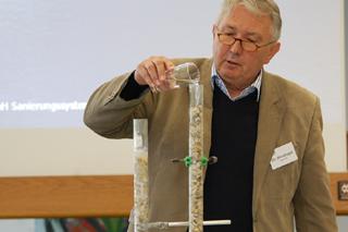 Macht den Kies dicht: Dr. Windhager demonstriert das Flutungsverfahren.