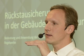 Marco Koch (Jung Pumpen GmbH) erläutert Systeme zur Rückstausicherung