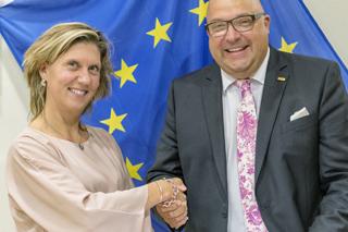 Shake-hands: Wendy Francken und Roland W. Waniek bei der Vertragsunterzeichung