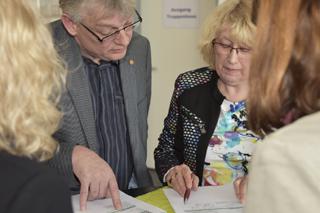 Teilnehmer diskutieren ein Papier