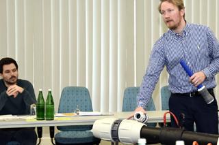 Referent zeigt Verbindungselemente für Druckleitungen