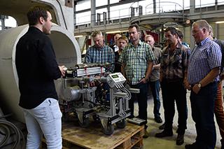Stefan Bretz zeigt Teilnehmern das MAC-System