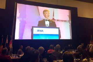 Wayne Goss bei seiner Rede auf einem großen Monitor