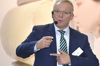 Karl-Heinz Flick während seines Vortrags bei den Praxistagen 2015