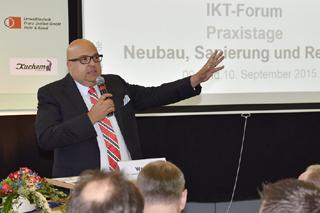 Roland W. Waniek begrüßt Teilnehmer