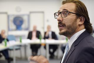Serdar Ulutaş während seines Vortrags