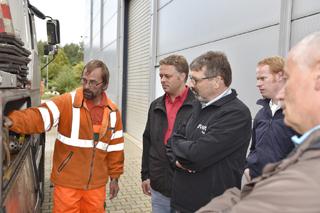 angehende Kanalbetriebsmanager im Gespräch mit Spülfahrzeug-Crew