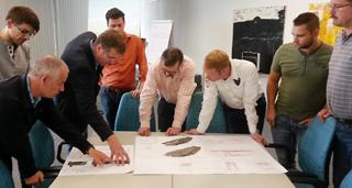 Teilnehmer mit Planungsunterlagen