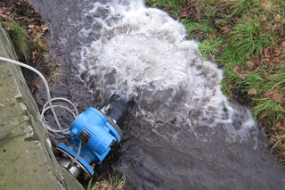 Blaues Gerät zur Durchflussmessung an Drosselauslauf