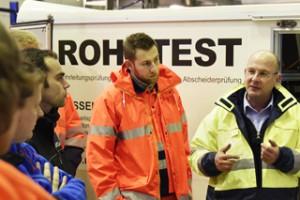 Referent Steffen Machka und Teilnehmer vor Prüffahrzeug