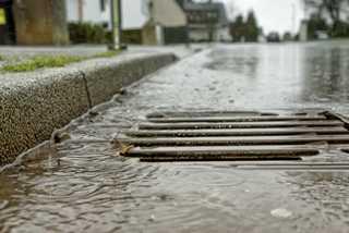 Straßeneinlauf im Regen