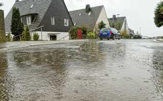 Wasser steht auf der Straße