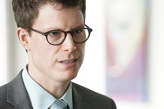Portrait eines Mannes mit Brille und Anzug