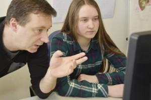 In der IT-Abteilung: Merit Schlüter (15) programmiert eine Internetseite.