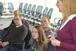 Im IKT-Lehrgang: Schülerin Merit lauscht einem Vortrag über Materialprüfungen.
