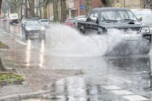 Regen urbane sturzfluten niederschlagswasser starkregen stadt strasse ueberflutung 1024