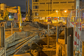 Baugrube Baustelle Tiefbau bei Nacht