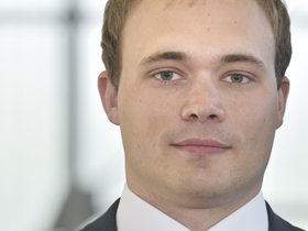 Portrait von jungem Mann mit blonden Haaren