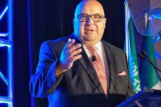 Roland W. Waniek während seines Vortrags