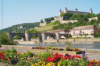 Würzburger Mainkai mit Blick auf Festung Marienberg