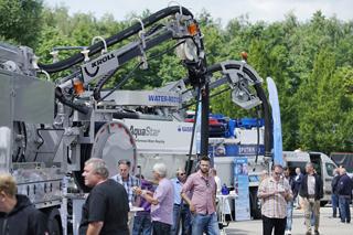 ausgestellte Kanalreinigungsfahrzeuge auf dem IKT-Gelände